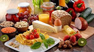Картинка Натюрморт Хлеб Ветчина Сыры Овощи Сок Орехи Клубника Киви Банки Яйцо Макароны Пища