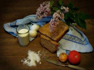Картинка Натюрморт Хлеб Помидоры Лук репчатый Молоко Сирень Ножик Доски Стакан Яйца Соль Пища