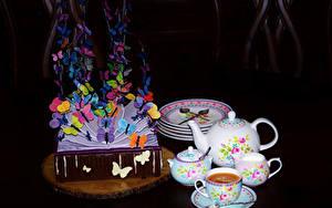 Картинка Натюрморт Торты Кофе Бабочка Дизайн Чашке Тарелке Черный фон Продукты питания