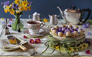 Обои Натюрморт Торты Чай Букеты Нарциссы Чашка
