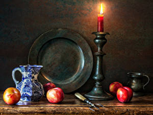 Картинка Натюрморт Свечи Персики Кувшины Тарелка Кружка Еда