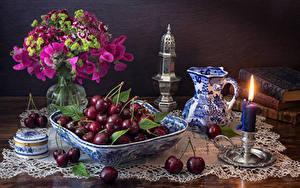 Обои Натюрморт Вишня Свечи Букеты Душистый горошек Гвоздика Кувшины Еда