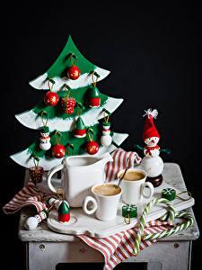 Фото Натюрморт Рождество Кофе Кувшины Чашке Ель Снеговики Шар Черный фон Еда