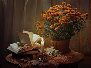 Фотография Натюрморт Хризантемы Свечи Оранжевые Книги Цветы