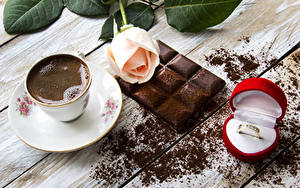 Фотография Натюрморт Кофе Шоколад Розы Шоколадная плитка Чашка Кольцо Коробка Пища Еда