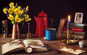 Фотография Натюрморт Нарциссы Часы Свечи Чайник Вазе Книги Очков Кружки Ключом цветок