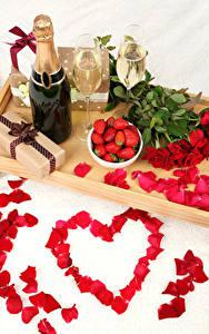 Картинки Натюрморт Праздники Розы Клубника Шампанское День святого Валентина Сердце Красный Лепестки Бутылка Бокалы Подарки Цветы Еда