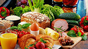 Картинка Натюрморт Сок Овощи Хлеб Ветчина Клубника Круассан Сыры Яйца