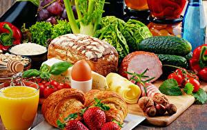 Картинка Натюрморт Сок Овощи Хлеб Ветчина Клубника Круассан Сыры Яйцо