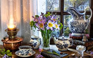 Обои для рабочего стола Натюрморт Керосиновая лампа Букеты Чай Тюльпан Чайник Кувшин Вазы Чашка Книги Сахара Пища