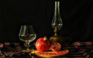 Фотография Натюрморт Керосиновая лампа Гранат На черном фоне Бокалы Пища