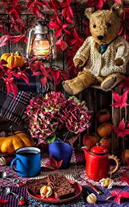 Картинка Натюрморт Керосиновая лампа Плюшевый мишка Букеты Чайник Выпечка Тыква Яблоки Кружка Лепестки Пища