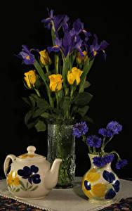 Фото Натюрморт Чайник Васильки Розы Ирисы Черный фон Ваза Цветы