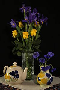 Фото Натюрморт Чайник Васильки Розы Ирис На черном фоне Вазы цветок