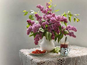 Обои для рабочего стола Натюрморт Сирень Чай Серый фон Стакане Стол Кувшин Цветы