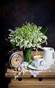 Обои для рабочего стола Натюрморт Ландыши Часы Кофе Черный фон Чашке Кувшины цветок