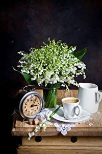 Фото Натюрморт Ландыши Часы Кофе Черный фон Чашке Кувшины цветок