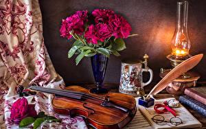 Фото Натюрморт Пионы Керосиновая лампа Скрипки Ноты Ваза Очки Кружки Цветы