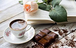 Фотография Натюрморт Розы Кофе Шоколад Шоколадная плитка Доски Чашка Какао порошок Пища Еда