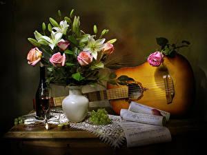Фотография Натюрморт Розы Тюльпаны Вино Виноград Ноты Ваза С гитарой Бутылка Бокал Цветы