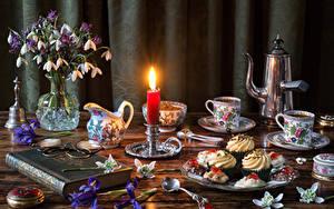 Картинка Натюрморт Галантус Свечи Пирожное Чайник Вазы Чашка Книга Кувшин Продукты питания