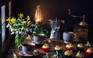 Картинка Натюрморт Галантус Нарциссы Керосиновая лампа Чайник Кофе Кофемолка Пирожное Чашке Пища Цветы
