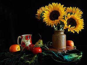 Картинка Натюрморт Подсолнечник Томаты Яблоки На черном фоне Вазе Кувшины цветок Еда