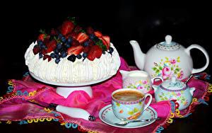 Картинка Натюрморт Сладкая еда Торты Кофе Чайник Чашке На черном фоне