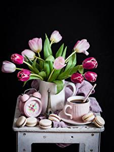 Фотографии Натюрморт Тюльпаны Часы Кофе Черный фон Чашке Макарон Цветы Еда