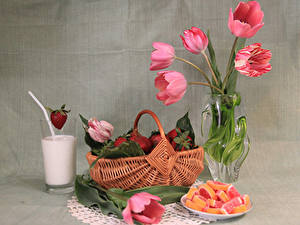 Фотография Натюрморт Тюльпаны Клубника Мармелад Молоко Корзины Ваза Стакана Пища Цветы