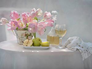 Картинка Натюрморт Тюльпаны Вино Яблоки Вазе Бокал Стола Продукты питания Цветы