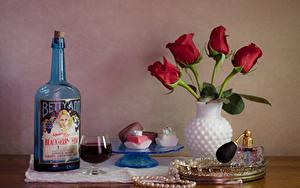 Фото Натюрморт Тюльпаны Вино Конфеты Украшения Ваза Красных Бутылка Бокалы Еда Цветы
