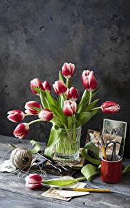 Картинка Натюрморт Тюльпаны Доски Ваза Цветы