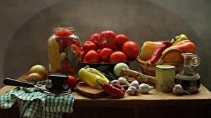 Фотографии Натюрморт Овощи Помидоры Перец Чеснок Лук репчатый Банка Стол Еда
