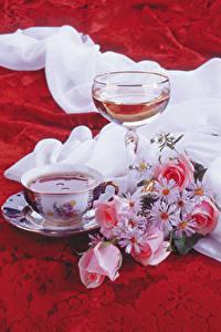 Фотографии Натюрморт Вино Букеты Розы Ромашки Бокалы Чашка Продукты питания Цветы
