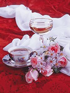 Фотографии Натюрморт Вино Букеты Роза Ромашки Бокал Чашка Продукты питания Цветы