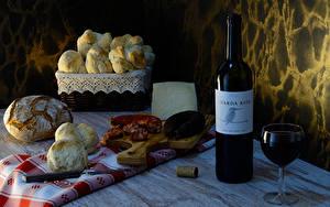 Фото Натюрморт Вино Хлеб Булочки Колбаса Сыры Бутылки Бокалы Разделочной доске Еда
