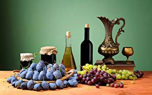 Картинки Натюрморт Вино Виноград Сливы Кувшины Бутылка Банка Бокал Еда