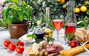 Фотографии Натюрморт Вино Помидоры Колбаса Сыры Бутылки Бокал Продукты питания