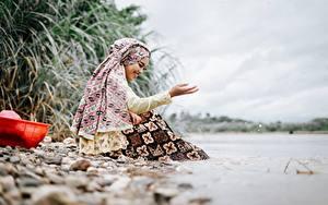 Фотография Камни Азиатки Сидит Улыбается Руки Боке Indonesian девушка
