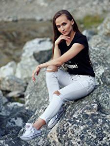 Фотография Камни Сидит Джинсов Футболка Смотрят Nastya, Evgeniy Bulatov молодые женщины