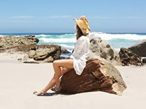 Фотография Камень Море Лето Песка Сидящие Ног Шляпы Отдыхает девушка Природа