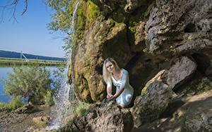 Фото Камень Водопады Скала Блондинки Платья Очках девушка