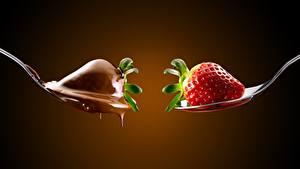Картинка Клубника Ягоды Шоколад Ложки Два Цветной фон Еда