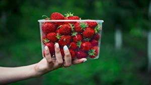 Фото Клубника Боке Коробки Руки Продукты питания