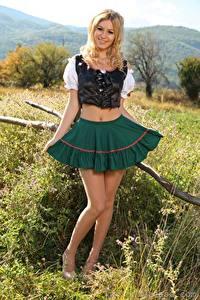 Обои для рабочего стола Summer Saint Claire Блондинка Улыбается Юбки Ноги Официантка молодые женщины