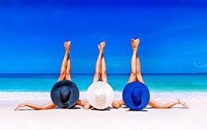Фотографии Лето Море Пляж Лежа Трое 3 Ноги Рука Релакс девушка