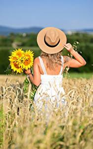 Фотография Подсолнечник Поля Букеты Сзади Платья Рука Шляпа Selina девушка Цветы