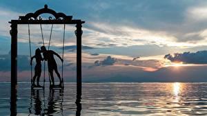 Картинка Рассветы и закаты Любовь Море Два Целоваться Облако Силуэта Природа