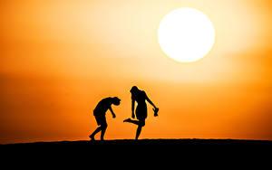 Фотографии Рассветы и закаты Силуэт Двое Солнца Природа